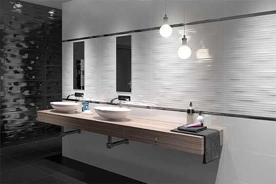 белая и хромированная плитка в ванной