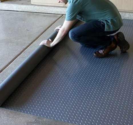 Рулонная плитка в гараже