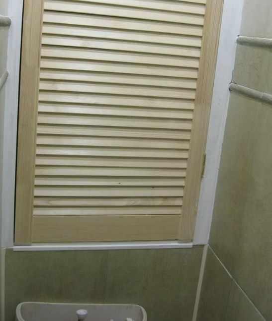 Деревянный сантехнический люк в интерьере