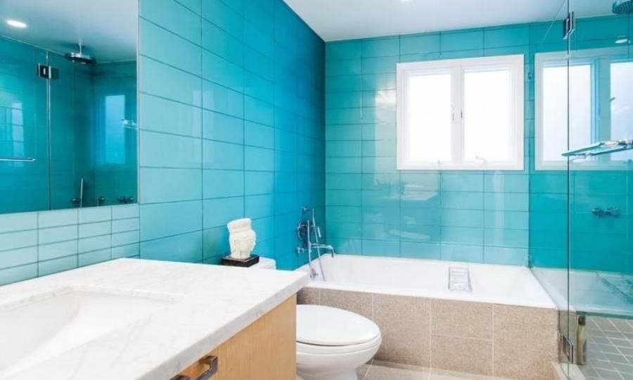 белая и бирюзовая плитка в ванной