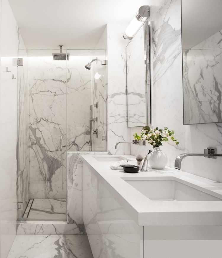 белая и мраморная плитка в ванной