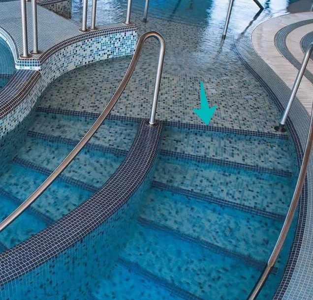 ступени бассейна с мозаикой