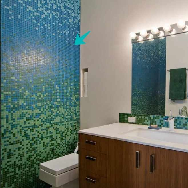 Мозаичная отделка одной стены в ванной