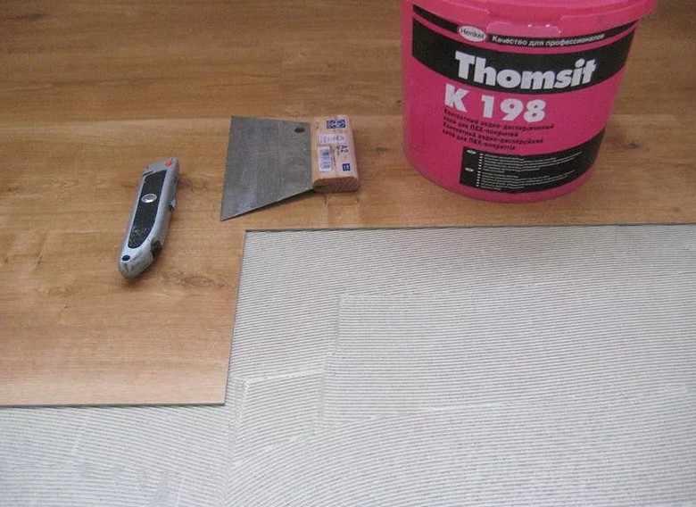 виниловый кафель, укладываемый на клей