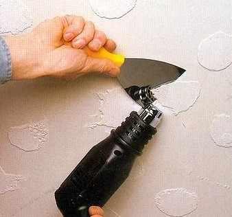 убирает клей с плитки