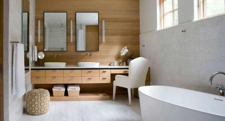 белая и деревянная плитка в ванной