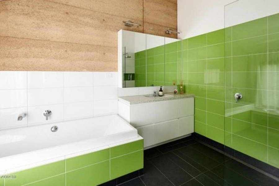 белая и зеленая плитка в ванной
