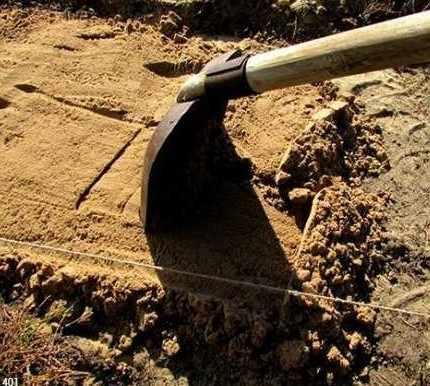 Укладка песка в траншею