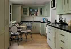 Кухня с черной столешницей.