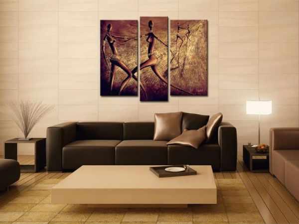 Модульные картины в интерьере гостиной над диваном.