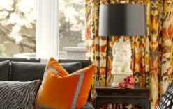Оранжевые шторы в гостиной комнате.