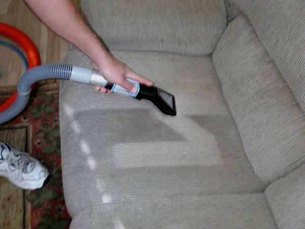 Домашний пароочиститель прекрасно очищает диванные обивки.