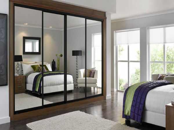 Шкаф-купе в интерьере спальни.