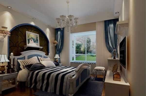 Синие шторы в спальне.