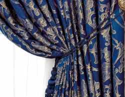 Синие шторы в интерьере спальни.