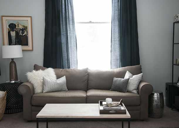 Синие шторы в гостиной – идеальный вариант для оформления окна
