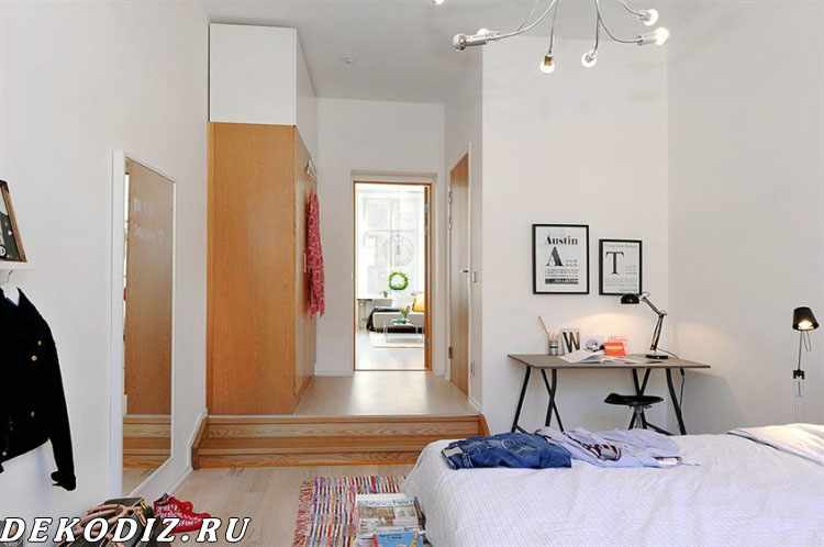 Спальня, вид на шкаф и рабочую зону