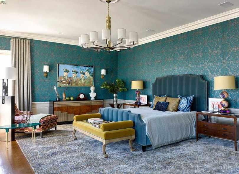 Спальня с голубой кроватью