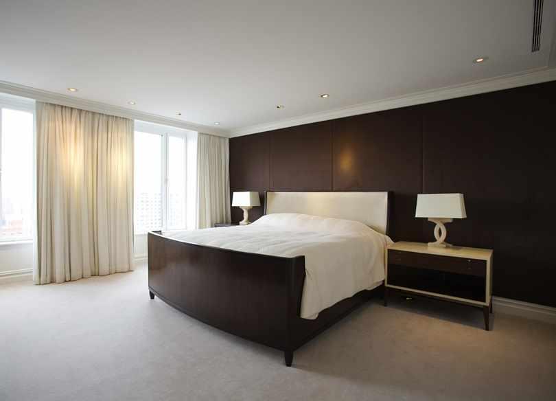 Шоколадная спальня со светлым полом