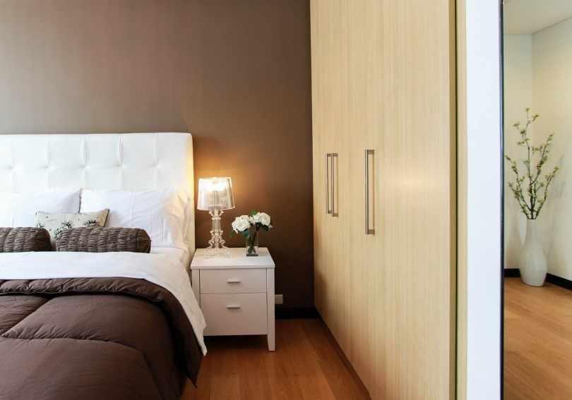 Шоколадная спальня с бежевым