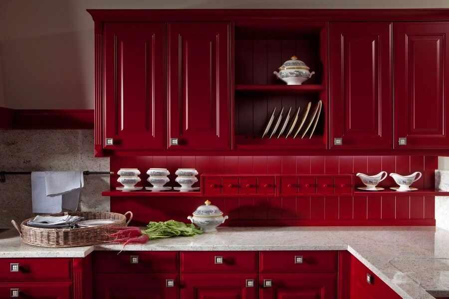 Кухня цвета марсала