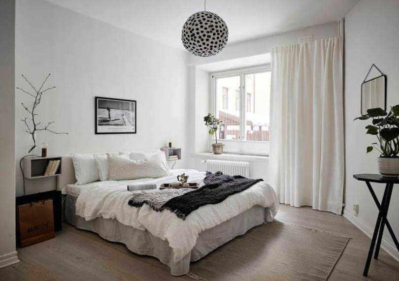Круглая люстра над кроватью