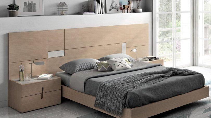 Деревянное изголовье у кровати