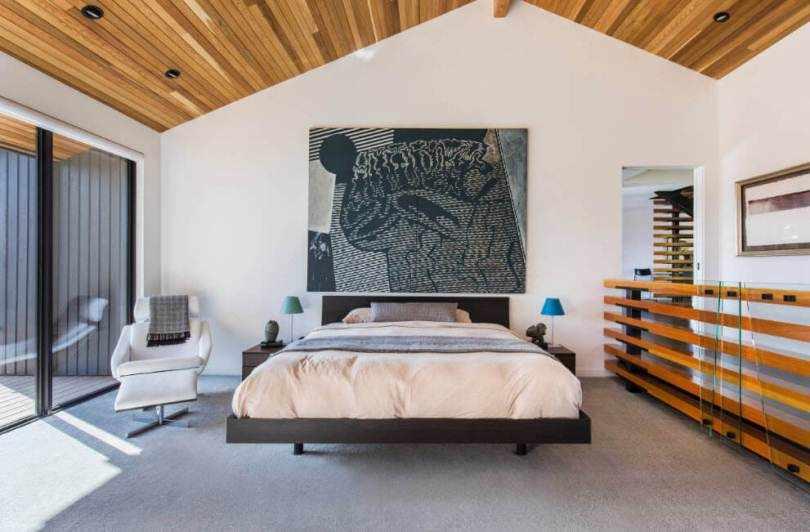 Спальня с деревянными вставками