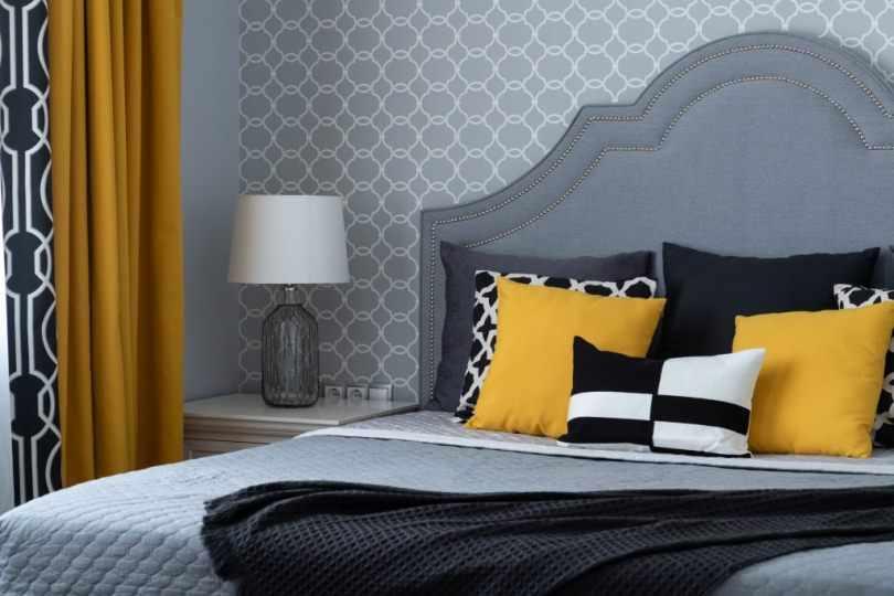 Желтые подушки и шторы