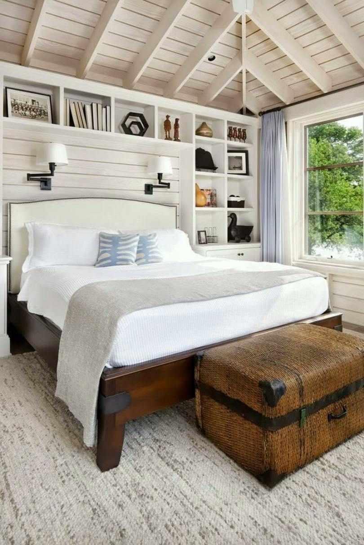 Кровать с чемоданом