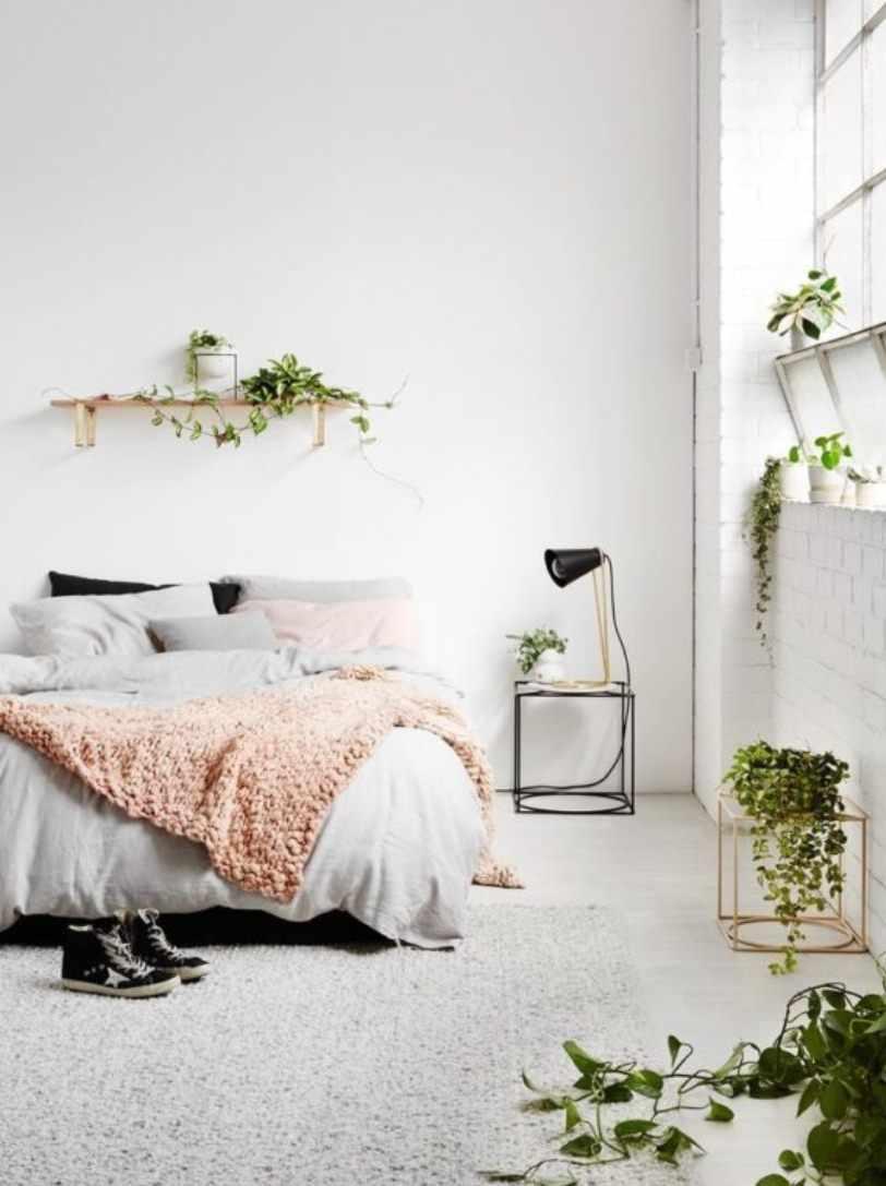 Цветы в светлой спальне