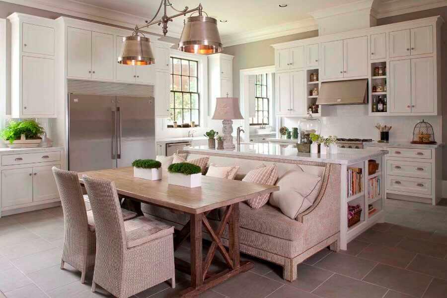 Интерьер большой кухни с диваном и островом
