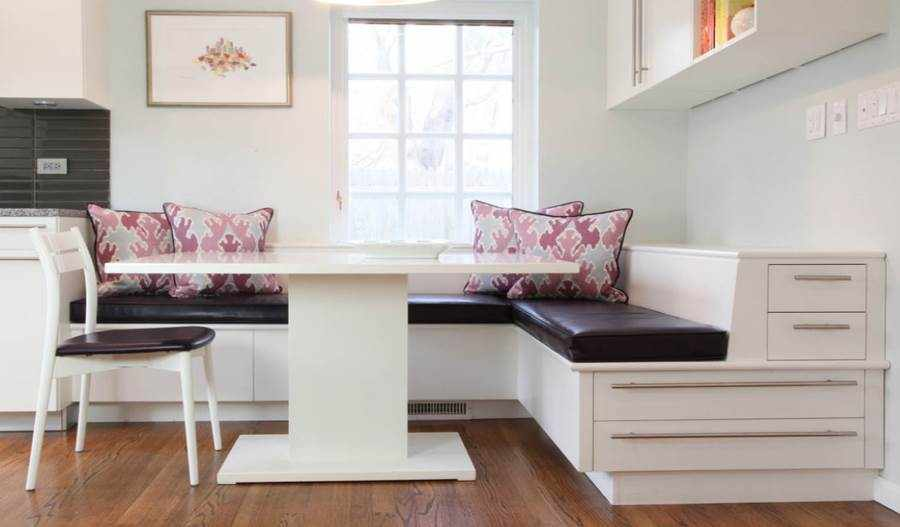 Угловой диван на кухне