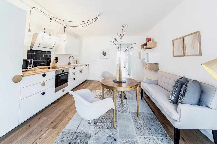 Диван в светлой маленькой кухне