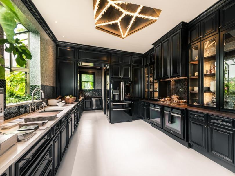Интерьер черной кухни с мойкой у окна