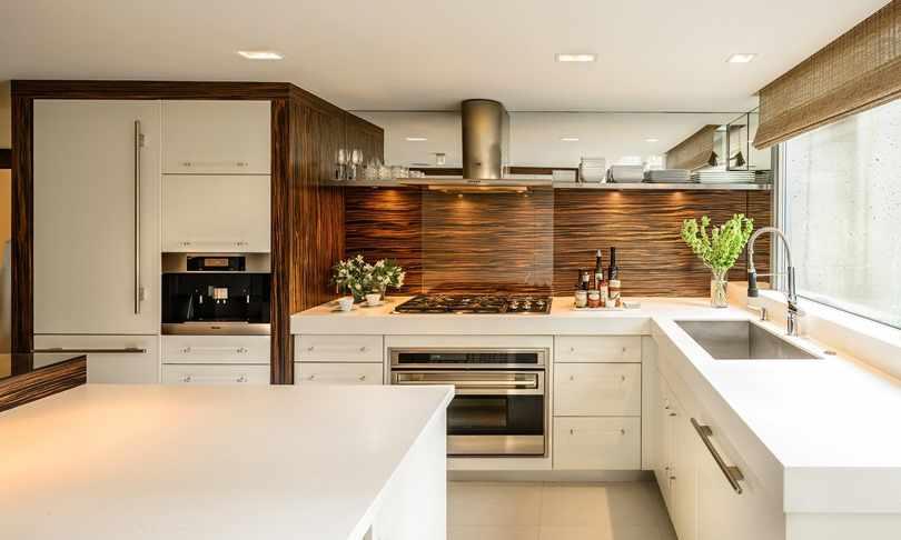 Идея дизайна белой угловой кухни
