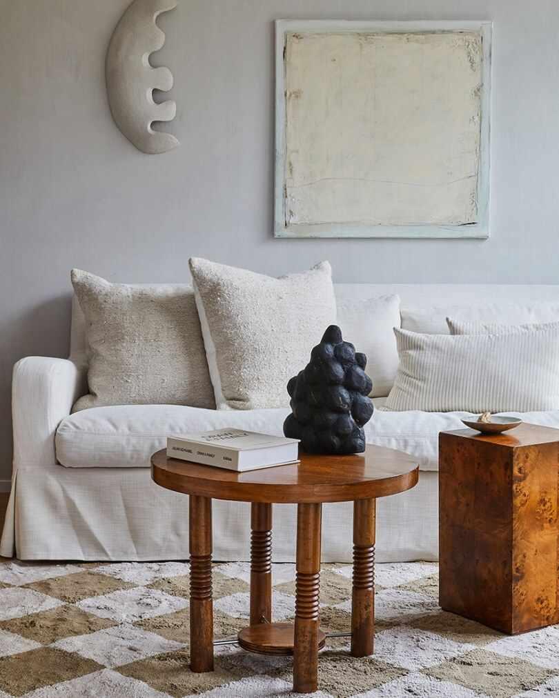 Белый диван и столик