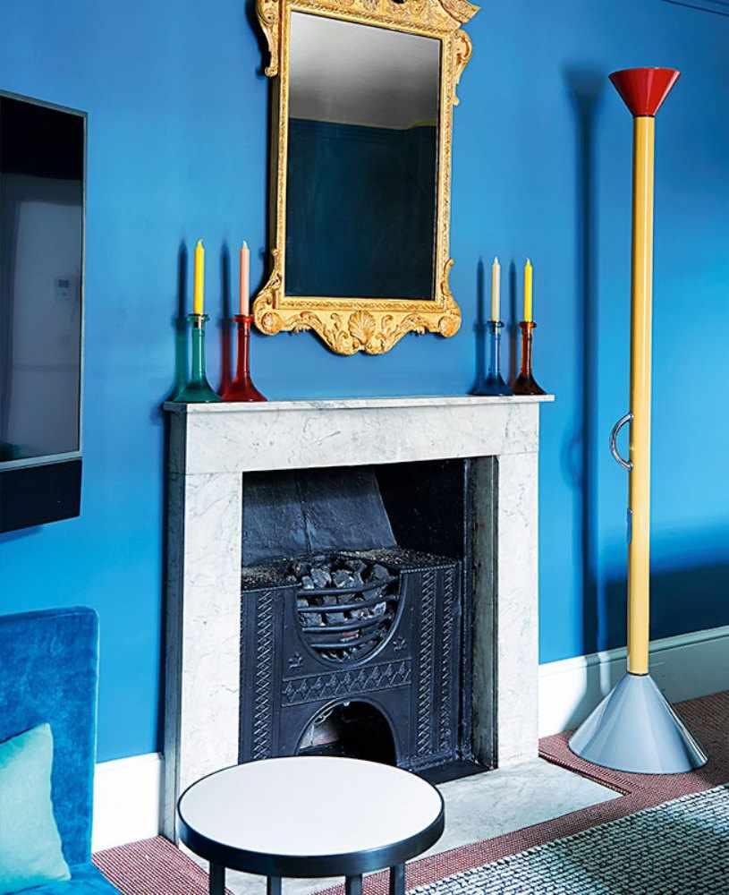 Голубые стены и камин
