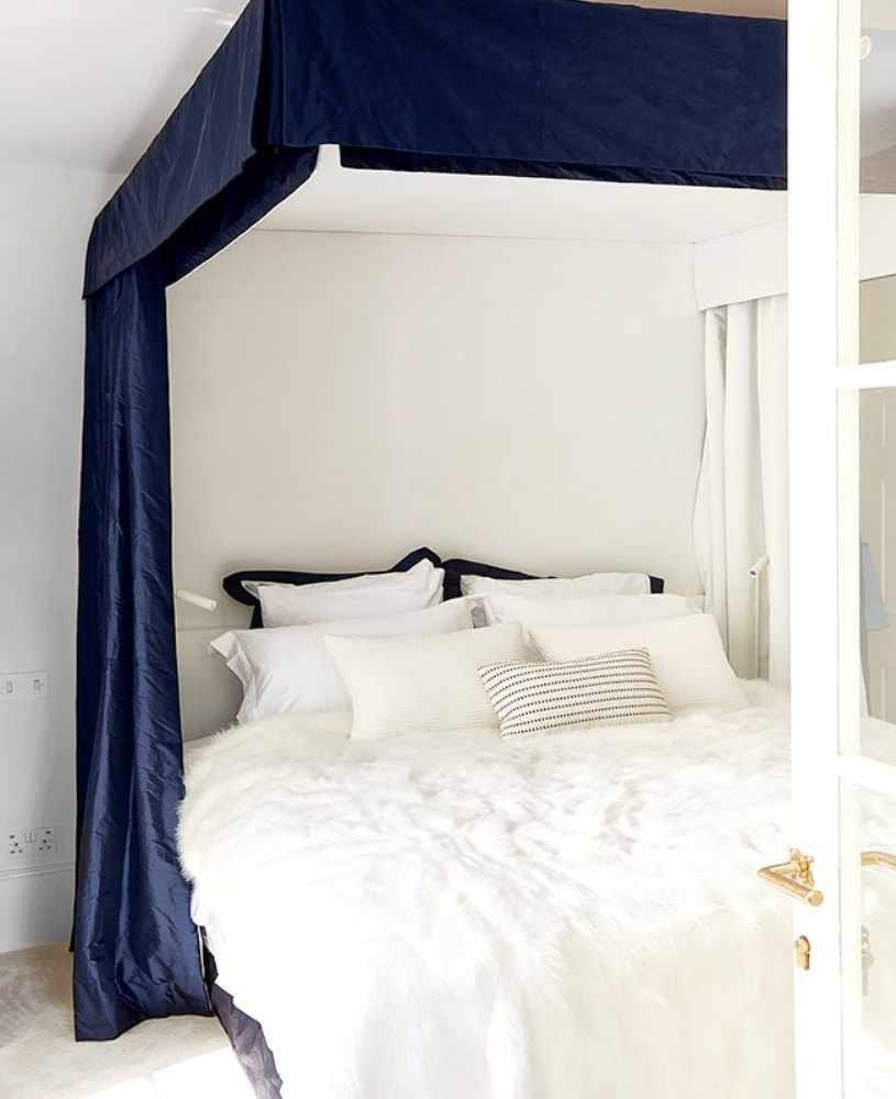 Синяя штора над кроватью