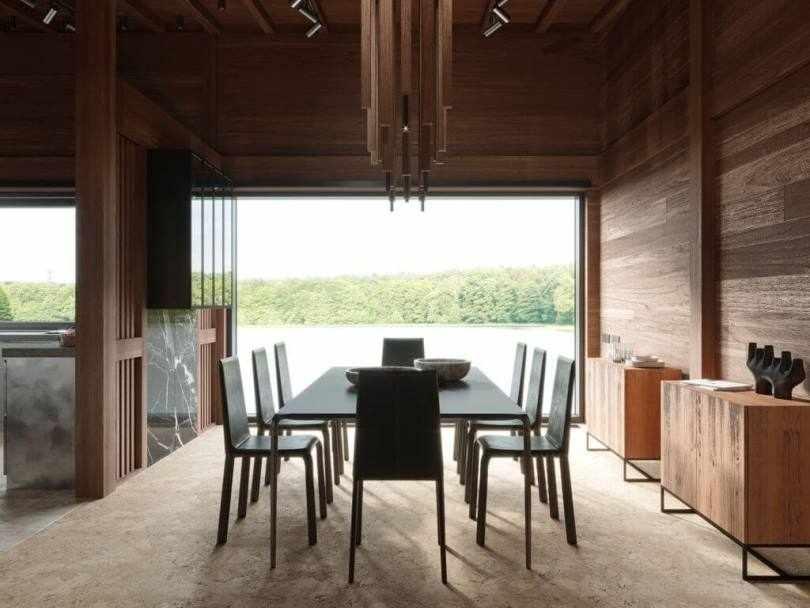 Стол и стулья возле окна