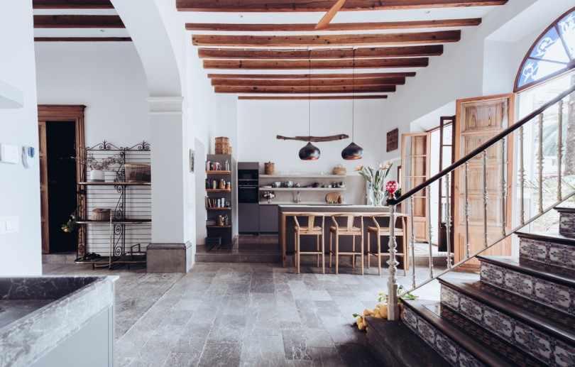 Дизайнерская кухня с потолочными балками
