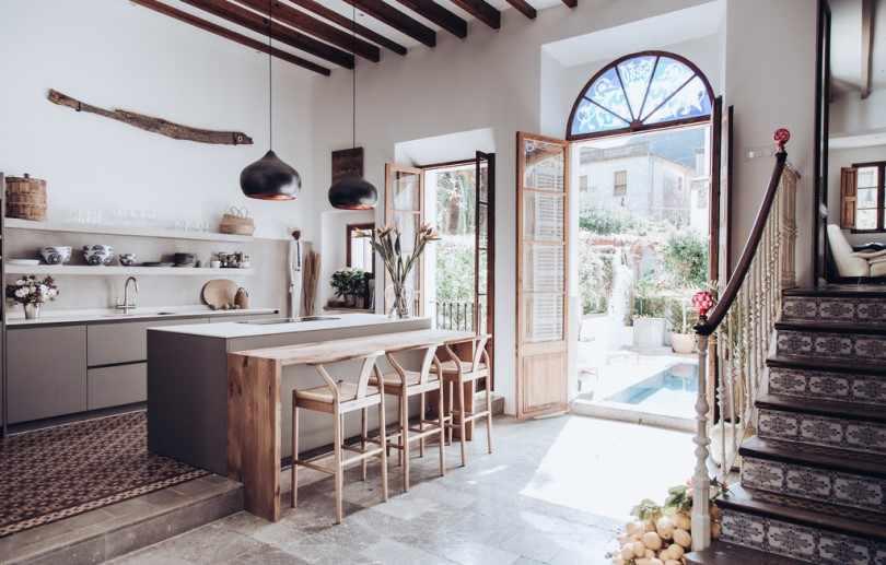 Кухня с высокими потолками