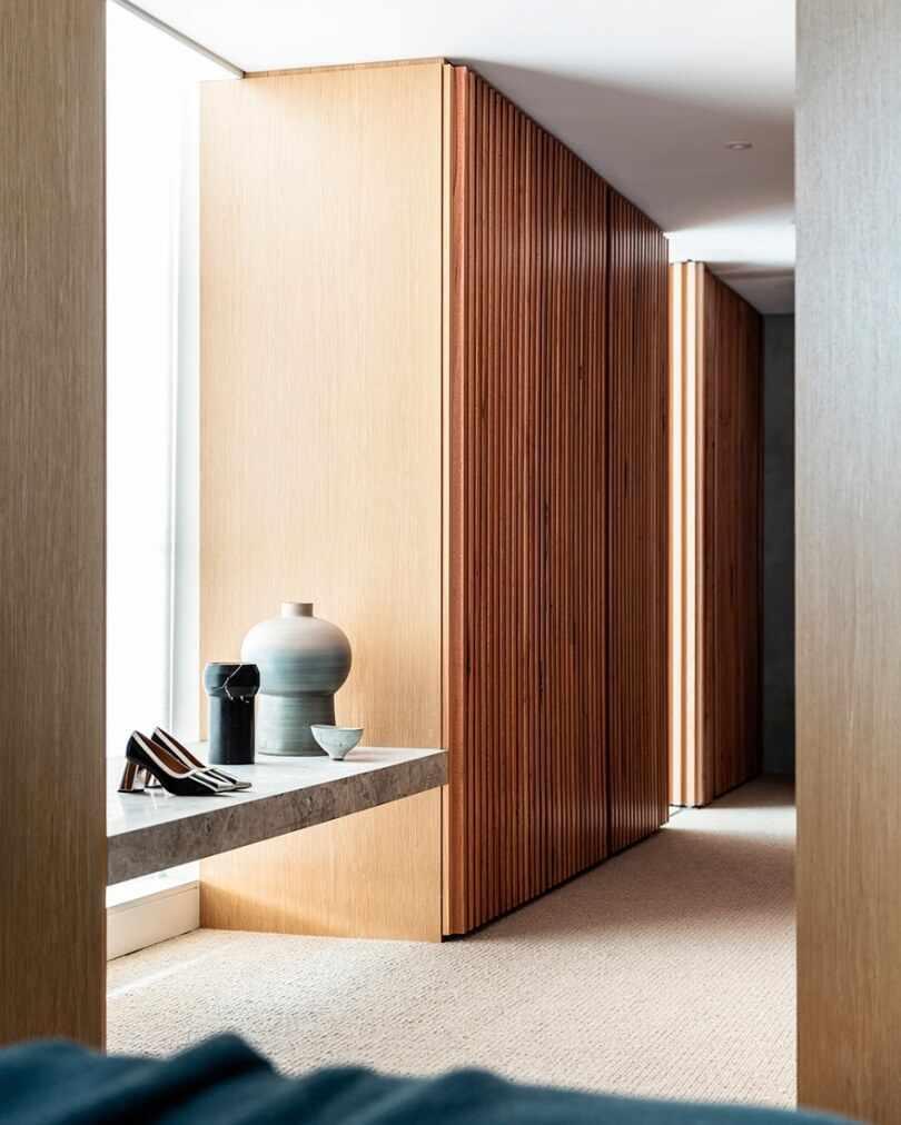 Деревянные панели на стене