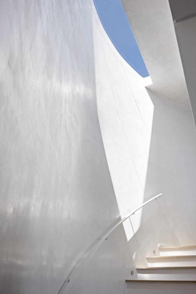 Лестница возле белой стены