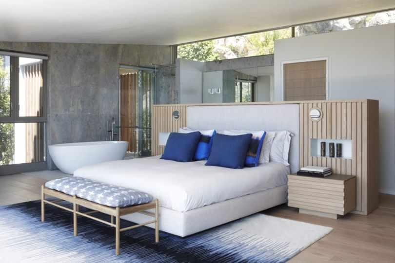 Кровать с синими подушками