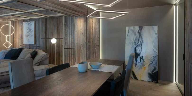 Обеденный стол и картина на полу