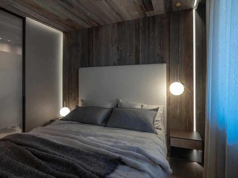 Кровать с круглыми светильниками