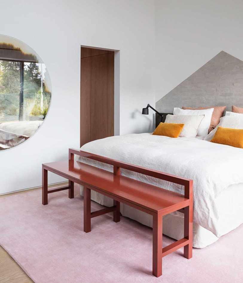 Кровать и круглое зеркало