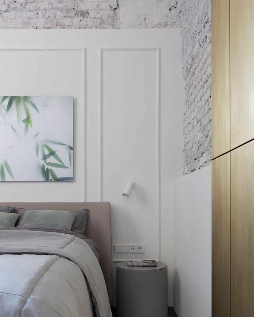 Белая стена в спальне