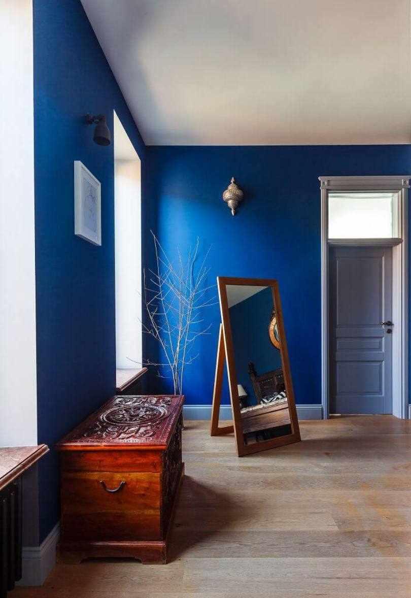 Ярко-синие стены